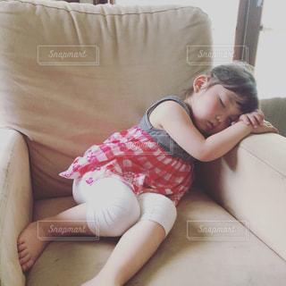 ソファーで寝ちゃった女の子の写真・画像素材[1497600]