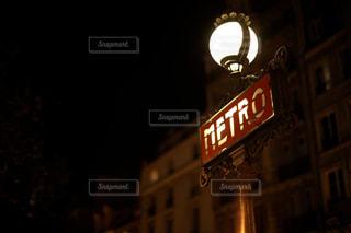点灯されたメトロの看板のアップの写真・画像素材[1535691]