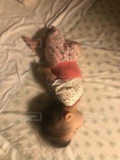 ベッドで寝ている赤ちゃんの写真・画像素材[1485636]