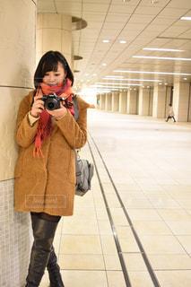 カメラ女子の待ち合わせの写真・画像素材[1490325]