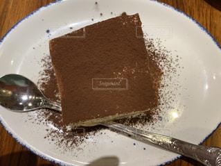 ナイフとフォークの白いプレートにチョコレート ケーキの写真・画像素材[1821796]