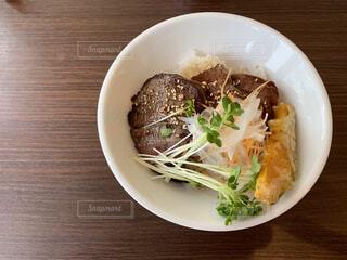 板の上に食べ物のボウルの写真・画像素材[2081273]