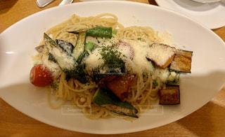 食べ物の皿をテーブルの上に置くの写真・画像素材[2916949]