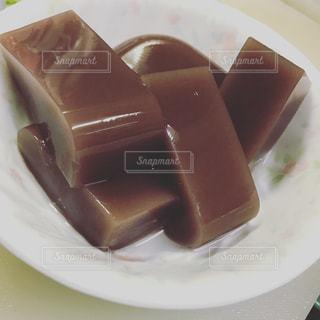 皿にチョコレート ケーキの写真・画像素材[1489041]