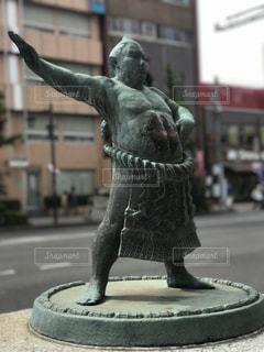 街の通り上の像の写真・画像素材[1486942]