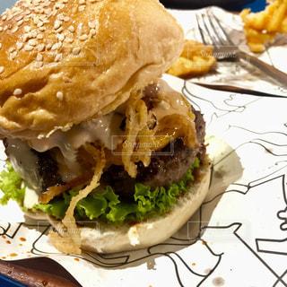 肉肉しいハンバーガーの写真・画像素材[1486488]