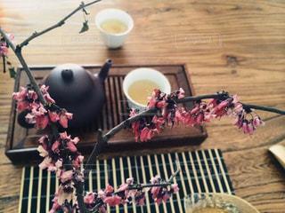 テーブルの上に食べ物のプレートの写真・画像素材[1508513]