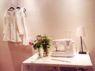 テーブルの上の花とミシンの写真・画像素材[1508516]