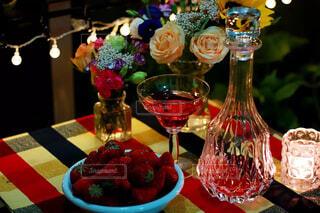 テーブルの上の花の花瓶の写真・画像素材[1508522]