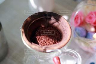 近くにコーヒー カップのアップの写真・画像素材[1508531]