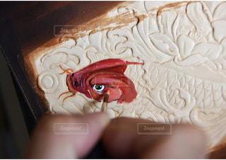 近くにケーキのアップの写真・画像素材[1564169]