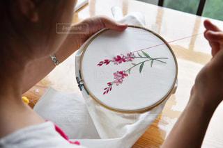 テーブルの上のケーキを保持している女性の写真・画像素材[1564170]