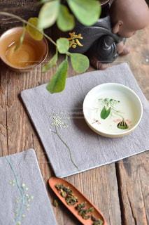 テーブルの上のケーキと木製のまな板の写真・画像素材[1564174]