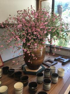 テーブルの上に座っての花で一杯の花瓶の写真・画像素材[1488689]