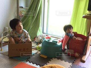 おもちゃ箱に入る2人の写真・画像素材[1487760]