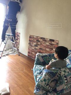 部屋の中の少年の写真・画像素材[1487778]