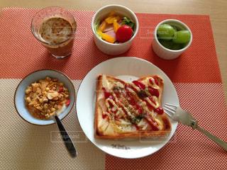 テーブルの上に食べ物のプレートの写真・画像素材[1513051]