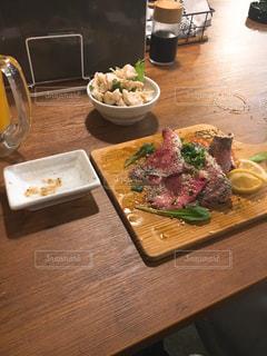 食品のプレートをのせた木製テーブルの写真・画像素材[1010893]