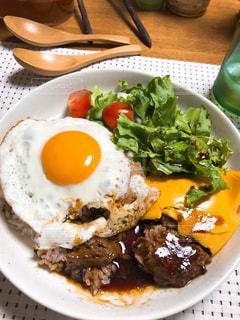 テーブルの上に食べ物のプレートの写真・画像素材[1440706]