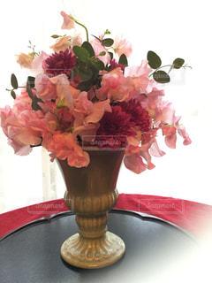 テーブルの上に花瓶の花の花束の写真・画像素材[1490190]