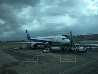 空港で駐機場の上に座っている大型旅客機の写真・画像素材[1522516]