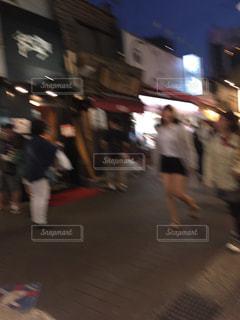 通りを歩く人々 のグループの写真・画像素材[1527046]
