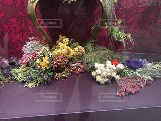 テーブルの上の花の花瓶の写真・画像素材[1528311]