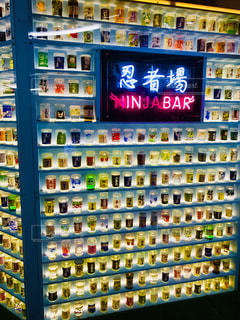 お酒が並んでるディスプレイの写真・画像素材[1522907]