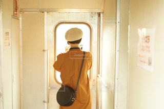 カメラにポーズ鏡の前に立っている男の写真・画像素材[757170]