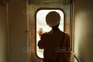 鏡の前に立っている女の子の写真・画像素材[757171]