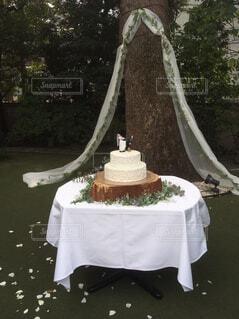 テーブルの上のケーキの一部 - No.816377