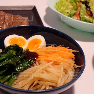 テーブルの上に食べ物のボウルの写真・画像素材[1020467]