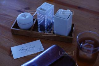 木製テーブルの上のコーヒー カップの写真・画像素材[1038619]