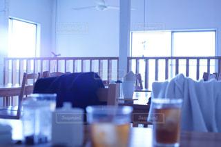 ダイニング ルームのテーブル ウィンドウの前で - No.1038623