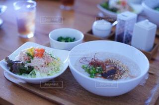 近くのテーブルの上に食べ物のボウルの写真・画像素材[1038625]
