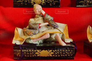 部屋に赤いソファの写真・画像素材[1038679]