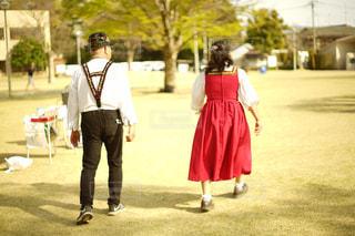 草の中を歩く女と男の写真・画像素材[1101937]