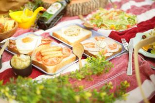 テーブルの上に食べ物のトレイ - No.1101944