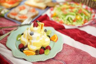 バースデー ケーキで食品のプレート - No.1101946