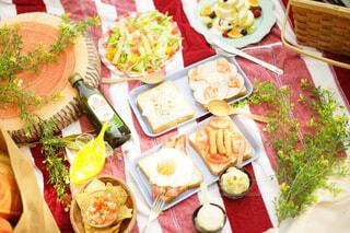 テーブルの上に食べ物の種類でいっぱいのボックスの写真・画像素材[1101949]