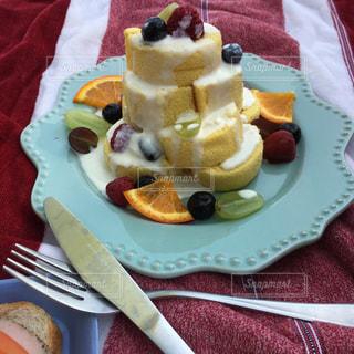 フォークで食べ物の皿の写真・画像素材[1101951]