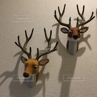 動物のぬいぐるみの横に鹿立っての写真・画像素材[1606639]