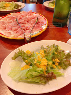 テーブルの上の食べ物の皿の写真・画像素材[2431637]