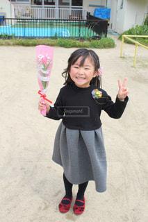 凧を保持している小さな女の子の写真・画像素材[1864086]