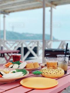 テーブルの上の食べ物の皿の写真・画像素材[2275229]