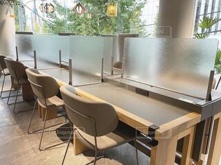 窓の前にダイニングルームのテーブルの写真・画像素材[4116006]