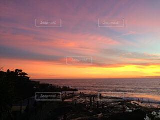 ビーチに沈む夕日の写真・画像素材[1503159]