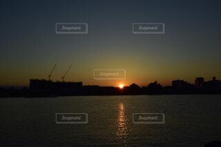 夕陽に向かって...帰るの写真・画像素材[1496102]