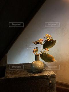 テーブルの上の花瓶の写真・画像素材[2704799]