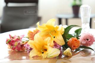 テーブルに花の花瓶の写真・画像素材[2095309]